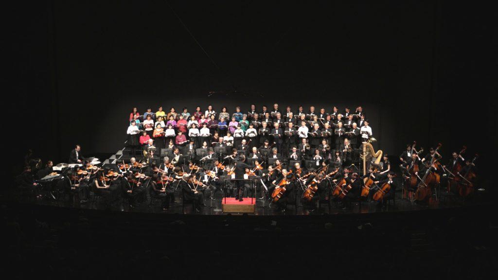 合唱とオーケストラによる「日本の叙情」のステージ写真